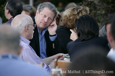 Al Gore talks with Walt and Kara during the D4 dinner.