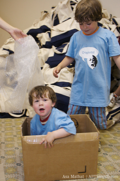 Looks who's in the gift bag! Alex and Louie Swisher help out at D5.