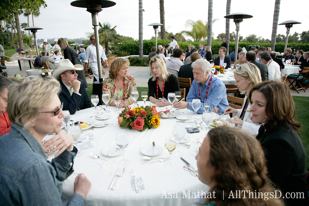 Jane Lynch and D5 attendees at dinner.