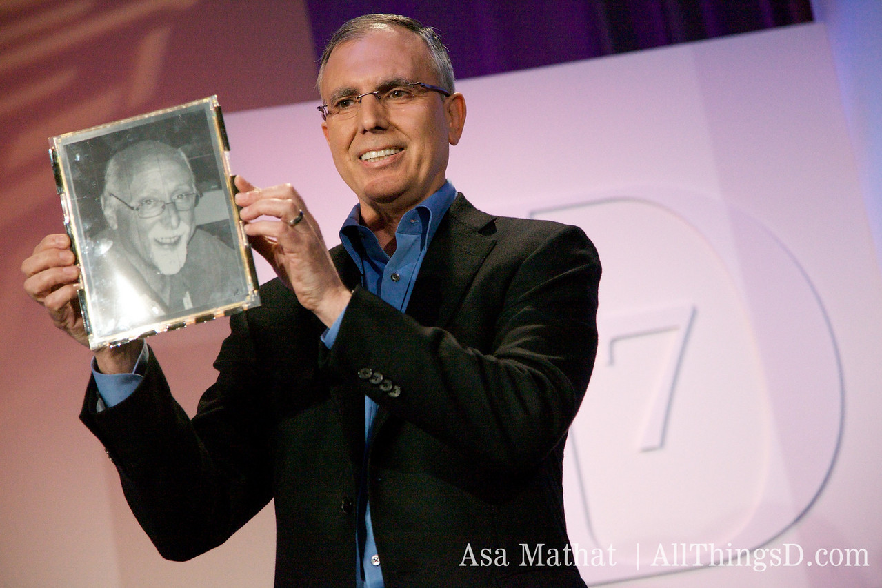 A flexible display showing the photo of Walt Mossberg.