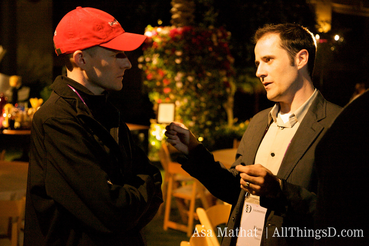 SmugMug's Don MacAskill talks with Evan Williams during the D7 opening dinner.