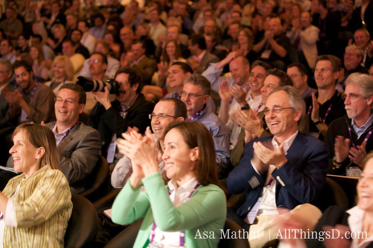 Crowd applauds Sobule.