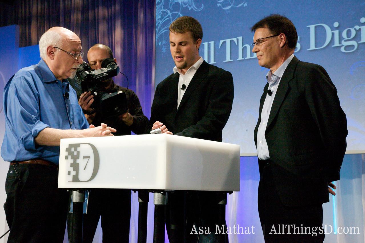 Olli-Pekka Kallasvuo, CEO of Nokia, demos the N97 for Walt Mossberg.