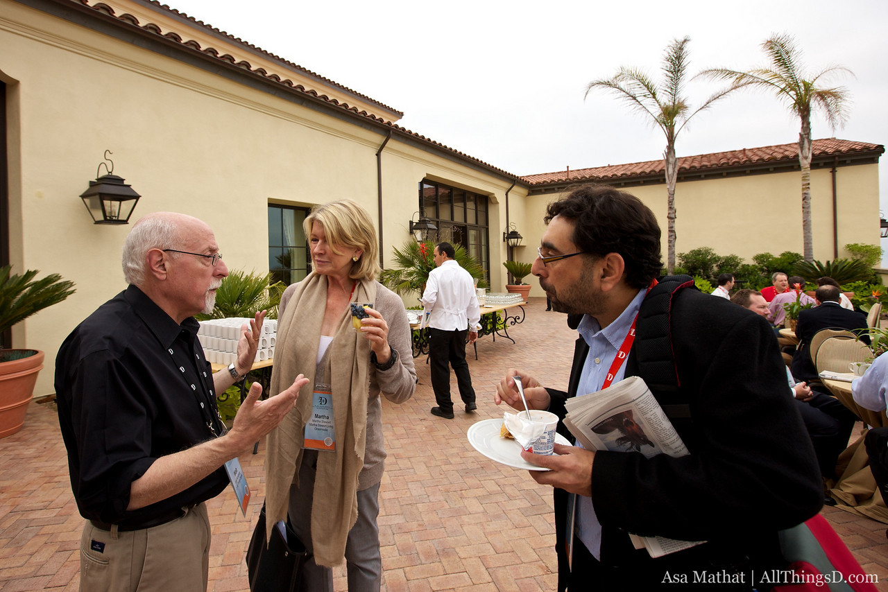 Walt Mossberg talks with Martha Stewart and Barron's Eric Savitz at the morning break.