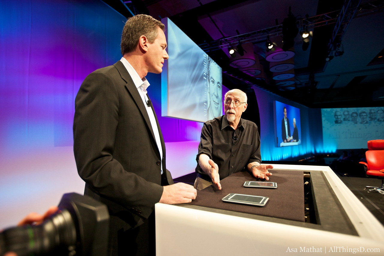 Paul Jacobs demos upcoming screen technology with Walt Mossberg at D8.