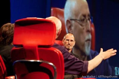 Walt Mossberg asks a question to Apple CEO Steve Jobs at D8.