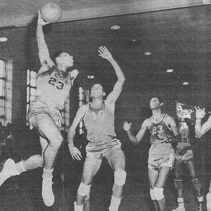 Gary Mays playing basketball.