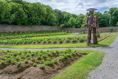 """Gemüsegarten mit """"Vogelscheuche"""", Colclough Walled Gardens, Co. Wexford"""