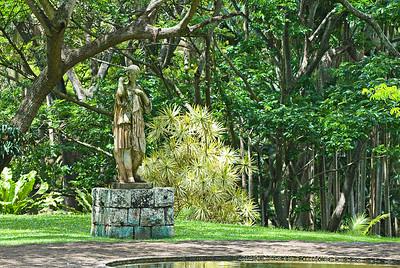 Frauenstatue am Rand eines Wasserbeckens in den Allerton Gardens
