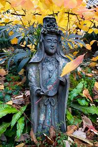 Skulptur hält ein Herbstblatt in derHand, Japanischer Garten Leverkusen