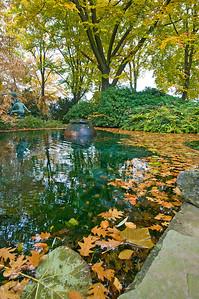 Teich mit Brunnenskulptur im Herbst, Japanischer Garten Leverkusen