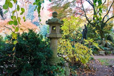 Japanische Steinlaterne und Statue, Japanischer Garten Leverkusen