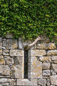 Noughaval Church, Co. Clare, sehr altes keltisches Kreuz auf einem Altar neben der Kirchenruine