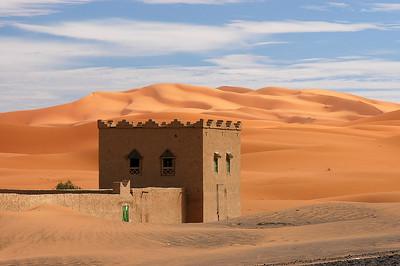 Aufgebene Kasbah in der marokkanischen Wüste, Erg Chebbi wird vom Sand zurückerobert, casbah in the Moroccan desert, reclaimed by the sand