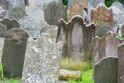 Alte Grabsteine auf dem Friedhof von Grey Abbey, Ards Peninsula, Co. Down