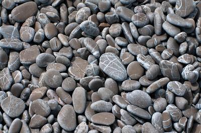 Grauer Kiesel an einem Strand auf Mallorca, grey pebbles on the beach
