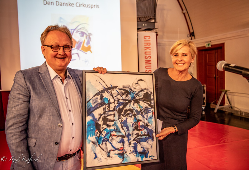 Kulturminister Mette Brock holdt en engageret tale for Martin Arli og overrakte ham hæderprisen Den danske Cirkuspris 2018, malt af cirkuskunstneren Viggo Salto
