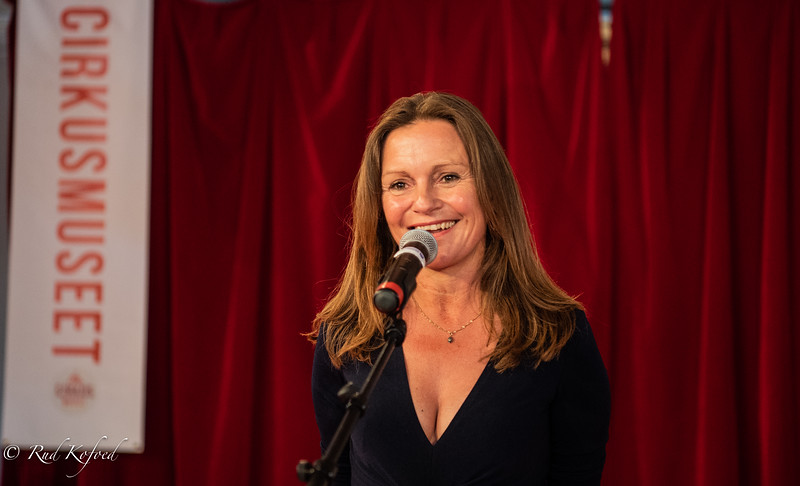 Cirkusmuseets chef Anja Olsen gav de mange gæster en varm velkomst i den historiske Fægtesalen i den gamle Avedørelejr, der nu er et kulturelt centrum