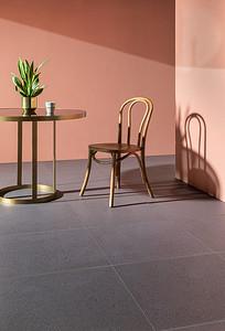 02 Die Keramikfliesen-Serie Canvas von Royal Mosa konnte sich in der Kategorie »Ausbau und Interior Design« durchsetzen. Die Serie weist einen leichten Glitzereffekt und eine taktile Oberfläche auf, die keine bestimmte Blickrichtung über Muster vorgibt. Das Unternehmen gilt als Vorreiter in der nachhaltigen Herstellung und erhielt als erster Fliesenhersteller für die gesamte Kollektion das Zertifikat Cradle to Cradle (C2C) Silver.