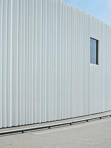 Vitra-Produktionshalle in Weil am Rhein: Fassade nach FertigstellungSANAABild: Christian Schittich