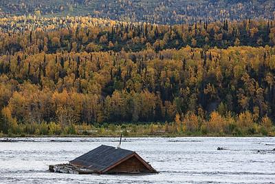 16 ALASKA. Von Flüssen überflutete Häuser in den USA.