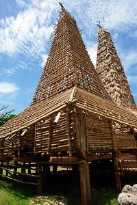 04 HAUS VON RATENGGARO, Kodi Distrikt, West Sumba, Indonesien. Zeigt den Bau des Hauses mit der umfangreichen Nutzung von Bambus als Baumaterial