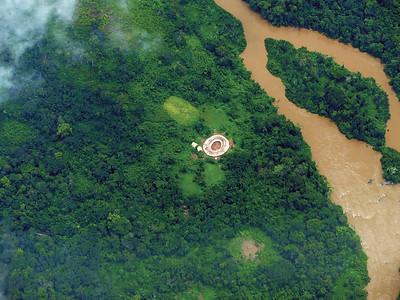 13 BRASILIEN. Luftaufnahme eines typischen Runddorfs der Yanomami im Vale do Rio Catrimani im Norden Brasiliens.