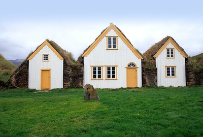 10 TORFARCHITEKTUR. Glaumbær,  Altes Torfhaus mit Fassade aus Treibholz. Island
