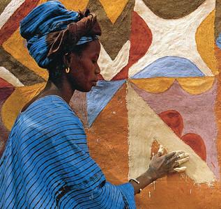 11 Der Künstler Silla Camara fertigte (um 1985) die Ornamentik der Mauern an Häusern im Dorf Djajibinni in Mauretanien