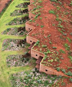 03 In der Region Pilbara in Westaustralien errichtete der Architekt Luigi Rosselli 2014 ein kompaktes Ensemble von zwölf kleinen Häusern