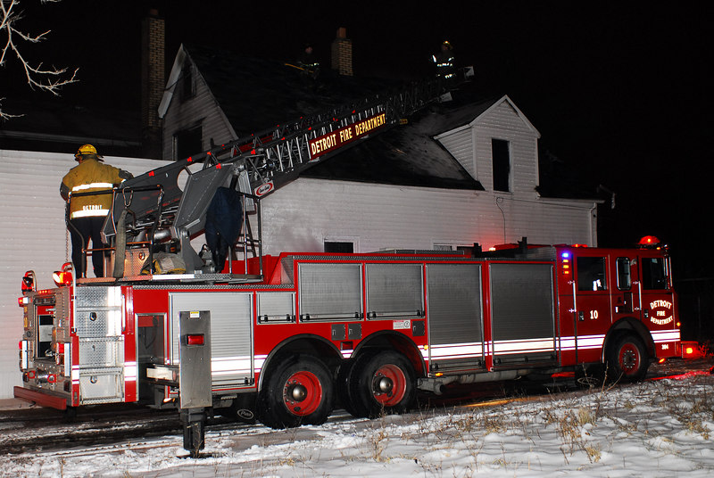 Detroit Ladder 10 working the roof at a Box Alarm East Ferry & Ellery on January 27, 2007. Photo By: Adam Alberti
