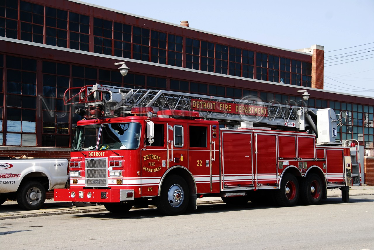Ladder 22 - 2003 Pierce 100' Rearmount