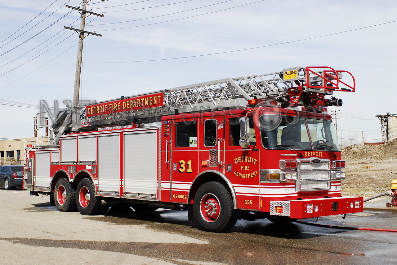 Ladder 31 - 2008 Pierce Rearmount 100' #555