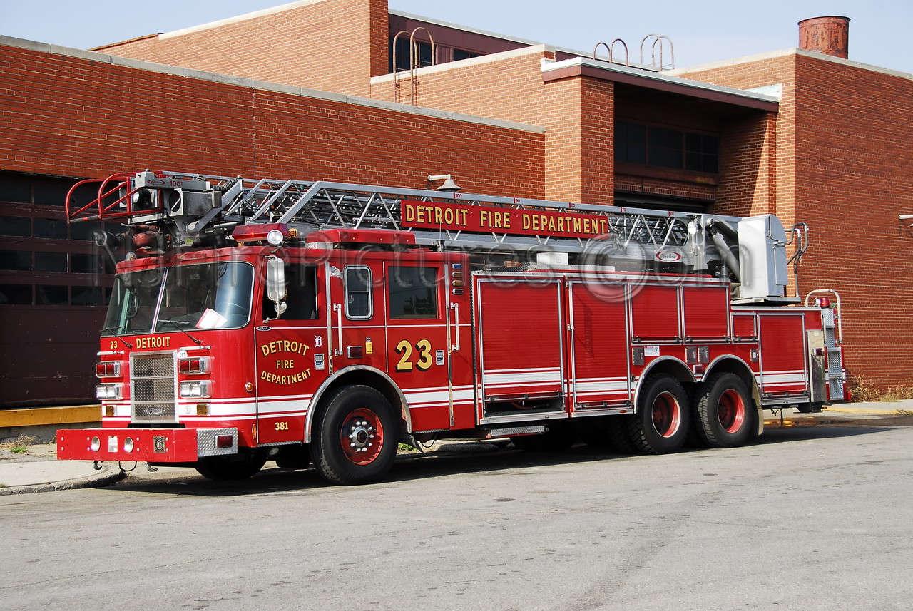 Ladder 23 - 2003 Pierce 100' Rearmount