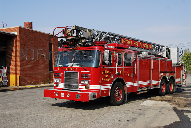 Ladder 1 - 2003 Pierce 100' Rearmount