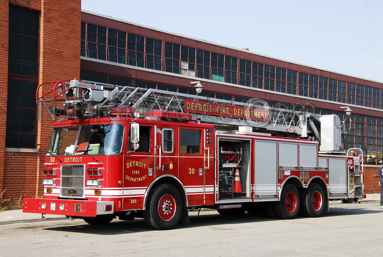Ladder 30 - 2003 Pierce 100'