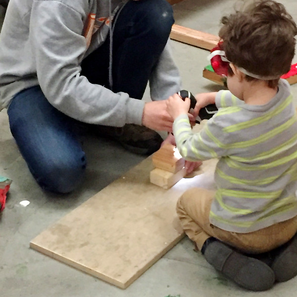 Gates Learns How to Use a Cordless Drill at Tinkering School