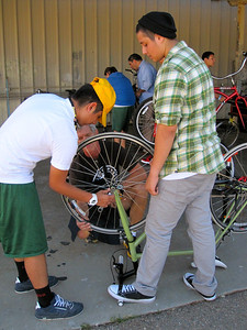 Removing the wheel on a fixie gear bike