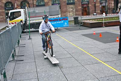 La piste de « maniabilité » permet au travers de différents exercices de faire progresser l'enfant dans sa maîtrise de la bicyclette (équilibre en ligne droite, slalom, lâcher le guidon d'une main, s'arrêter à un endroit précis, etc.)  http://www.preventionroutiere.asso.fr/Enseignants/A-l-ecole/Les-Pistes-velo