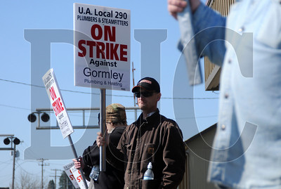 Pipefitter Shawn Mask, center, and other members of the United Association of Plumbers and Steamfitters Local 290 picket outside of Gormley Plumbing & Mechanical in McMinnville on Friday.  Sam Tenney/DJC