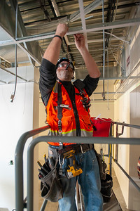 Troy McGuire, a journeyman carpenter with Local 146 and an employee of Swinerton Buliders, assembles a celling grid. (Josh Kulla/DJC)