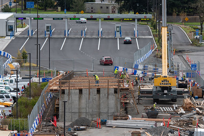 Crews work on a new parking garage exit ramp at Portland International Airport. The Parking Additions and Consolidated Rental Car Facility (PACR) project is the first in the Portland-metro area to use a type of concrete containing recycled carbon dioxide. (Josh Kulla/DJC)