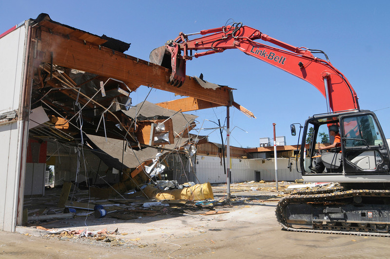 LOI Environmental & Demolition Services are demolishing the 120,000-square-foot former Kmart store in Milwaukie. The 14-acre property was purchased by Virginia-based used car retailer CarMax last year for $13.08 million.
