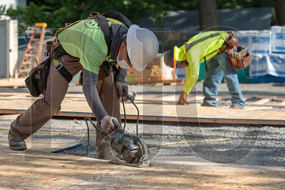 Wood Mechanix carpenter Felix Merida trims sheeting for a truss. (Josh Kulla/DJC)