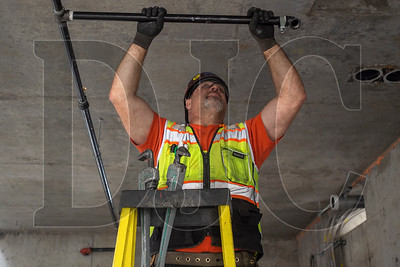 Dan Mitchell, a journeyman sprinkler fitter with Local 669 and an employee of Viking Automatic Sprinkler, installs a section of fire supression line. (Josh Kulla/DJC)