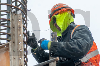 David Morton, a carpenter with Local 1503 and an employee of Hoffman Structures Inc., wires rebar on a column. (Josh Kulla/DJC)