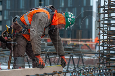 Joe Griffith, a journeyman carpenter with Local 1503 and an edgework foreman with Hoffman Structures Inc., builds concrete edgework on the fifth deck at 5 MLK. (Josh Kulla/DJC)