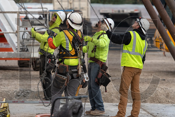 Crews remove rigging from a concrete tilt panel wall. (Josh Kulla/DJC)