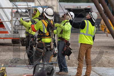 Crews remove rigging from a concrete tilt panel wall. (Josh Kulla/DJC)
