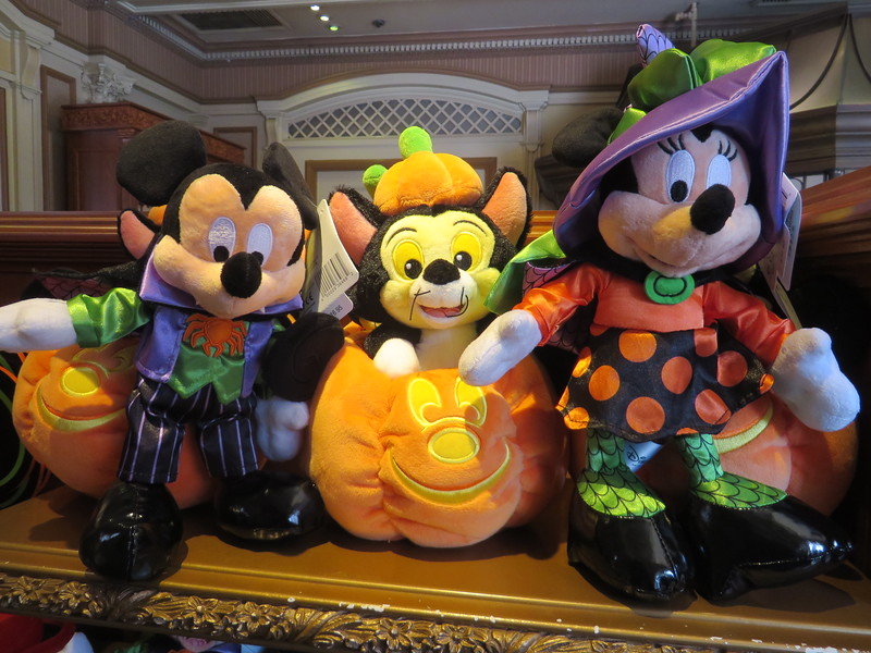 PICTORIAL: Halloween Time merch creeps in, Star Wars construction goes up and down, and more!